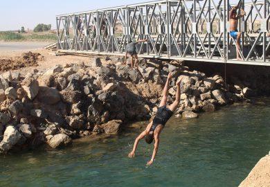 شباب الرقة يحاربون الحر بالسباحة