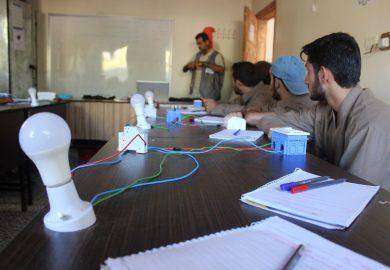 تجربة عبد العزيز كمتطوع بمنظمة آية ومعاناته للحصول على فرصة عمل في الرقة