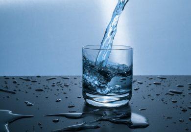 فوائد صحية مذهلة لشرب كوب ماء دافئ صباحاً