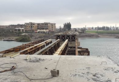 أخر مراحل إعادة تأهيل الجسر العتيق مع مراسلنا عبد في الرقة