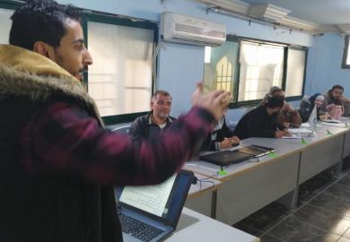 مقابلة – غانم عُكلة، شاب رقاوي عاطل عن العمل رغم دراسته للحقوق، فقرر التطوع