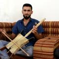 كمال الموسى مغني وعازف ربابة من المركز الثقافي في الرقة