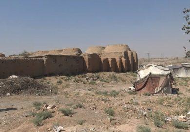 عودة الأهالي لبيوت الطين بسبب غلاء أسعار مواد البناء في دير الزور مع مراسلنا باسم عزيز
