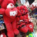 مفاجأة من شخص لاثنين يحبون بعض بمناسبة عيد الحب