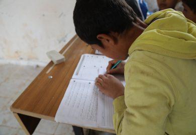 اقتراب موعد الإمتحانات و استعدادات المراقبين لمساعدة الطلاب بقاعة الامتحان مع الهام حبش