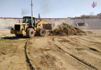 بدء عمليات تأهيل وتعشيب أرضية الملعب البلدي في الرقة