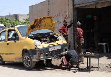 قصة أحمد شاب من الرقة يعمل سائق سيارة أجرة