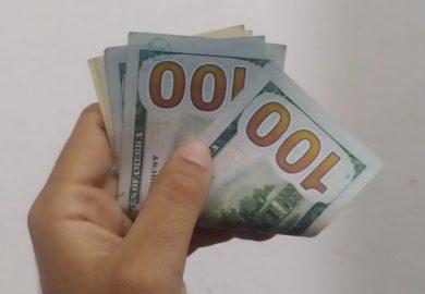 أثر ارتفاع سعر الدولار وتقلبات العملة على تكلفة المعيشة لأهل مدينة الرقة