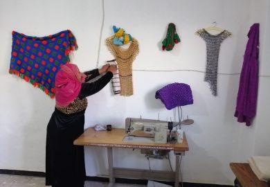 قصة إيمان الأحمد فتاة رقاوية تكسب رزقها من العمل في الخياطة النسائية